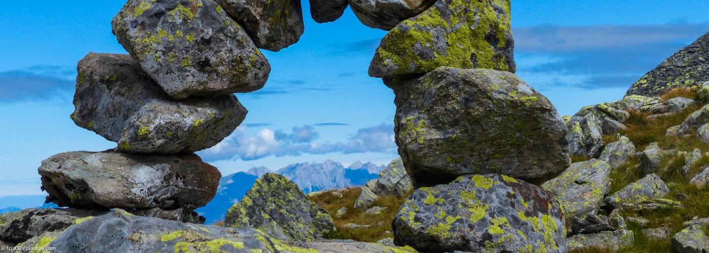 Bogen aus Steinen auf einem Berg